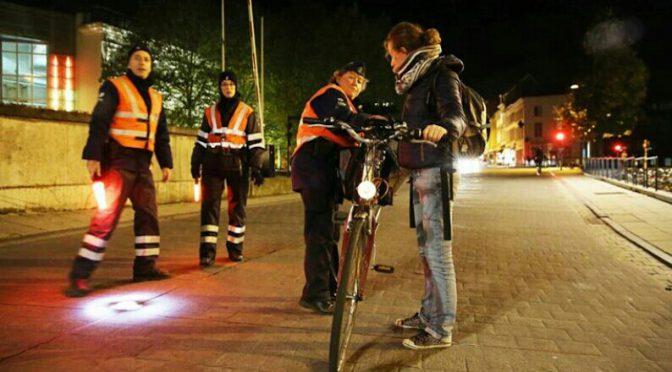 Fietsen zonder licht. 55 euro boete