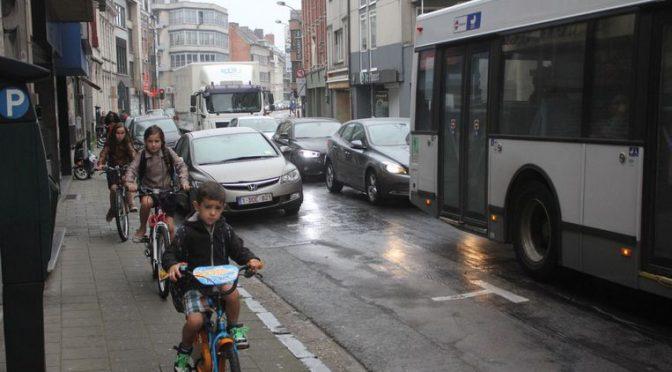 Rutger Lievens Tussen Zeshoek en Esplanadeplein is er geen fietspad en rijden veel jonge fietsertjes op het voetpad.